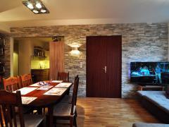 Realizace obkladu v obývacím pokoji